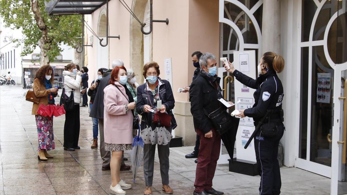 Control de temperatura en la entrada al Gran Teatro de Córdoba, donde, mientras la capital estén en nivel de alerta 1, el aforo vuelve a ser del cien por cien.