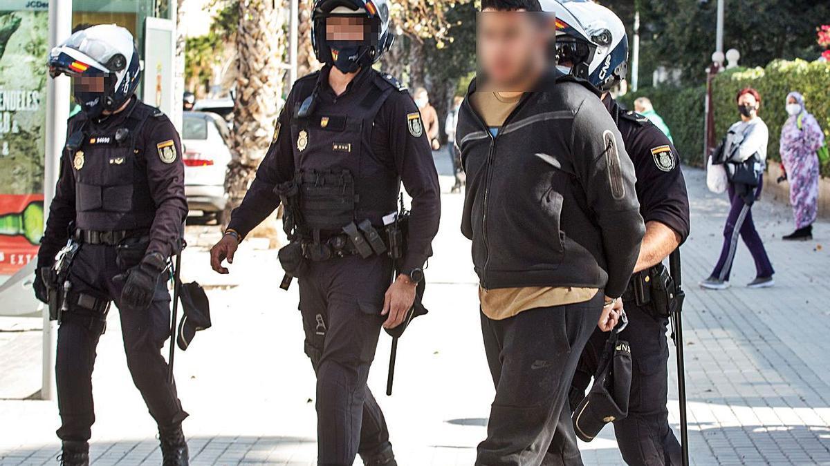 Dos detenidos con droga en la Gran Vía de Alicante | ÁLEX DOMÍNGUEZ
