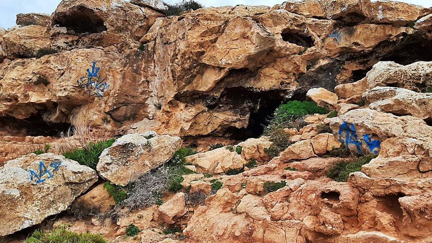 Vandalismo en forma de grafiti en es Cap de Barbaria