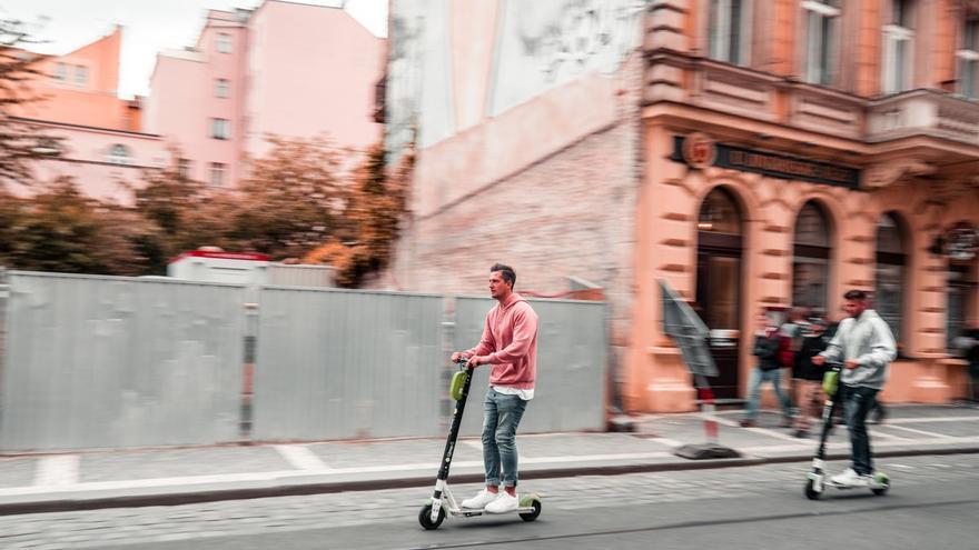 Línea Directa revoluciona la movilidad con el primer seguro para patinetes que cubre al conductor