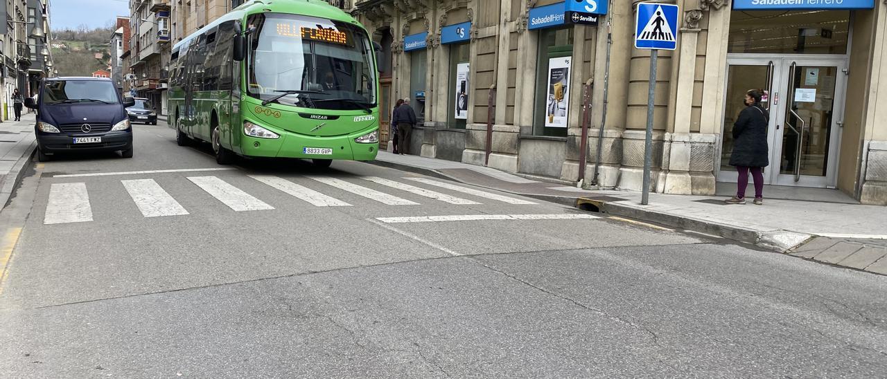 Uno de los autobuses de la línea Villa-Laviana, a su paso por Laviana.