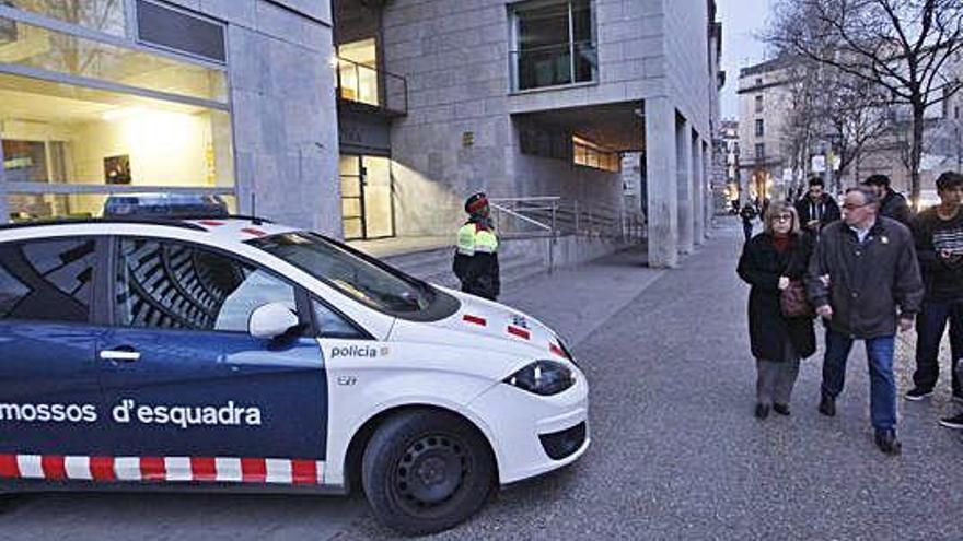 La Trisindical denuncia «atemptats» als agents que vigilen l'edifici judicial