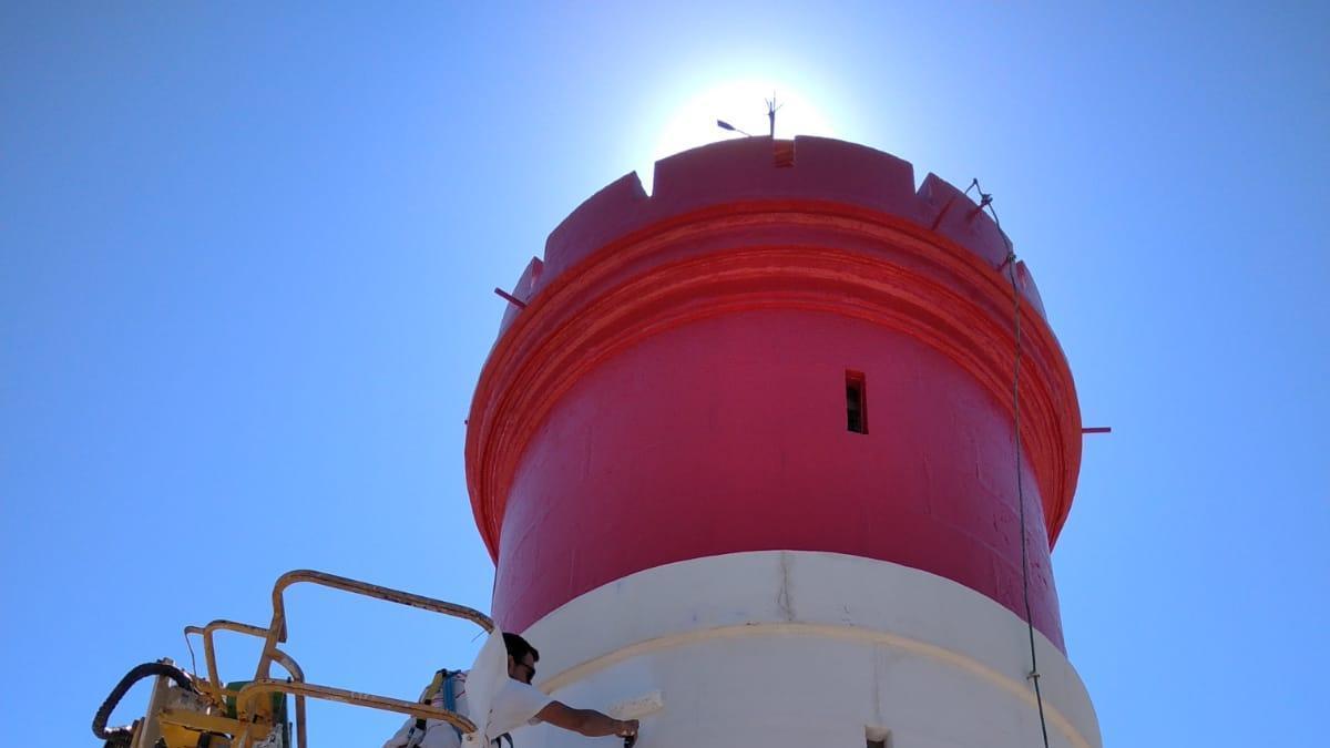Un trabajador pinta el Faro Rojo de Cartagena.