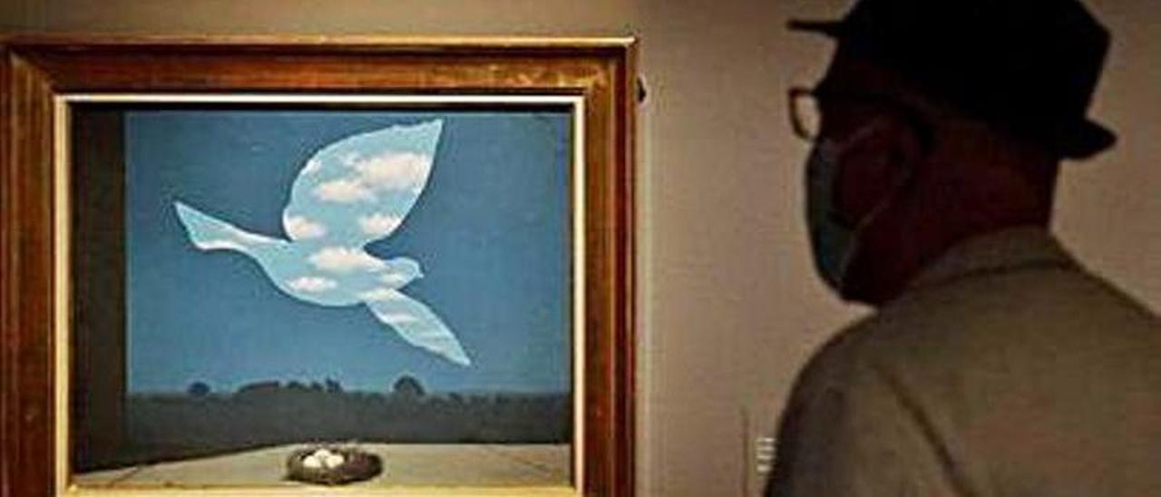 Un visitante en la exposición de Magritte en Madrid,   J. L. Roca