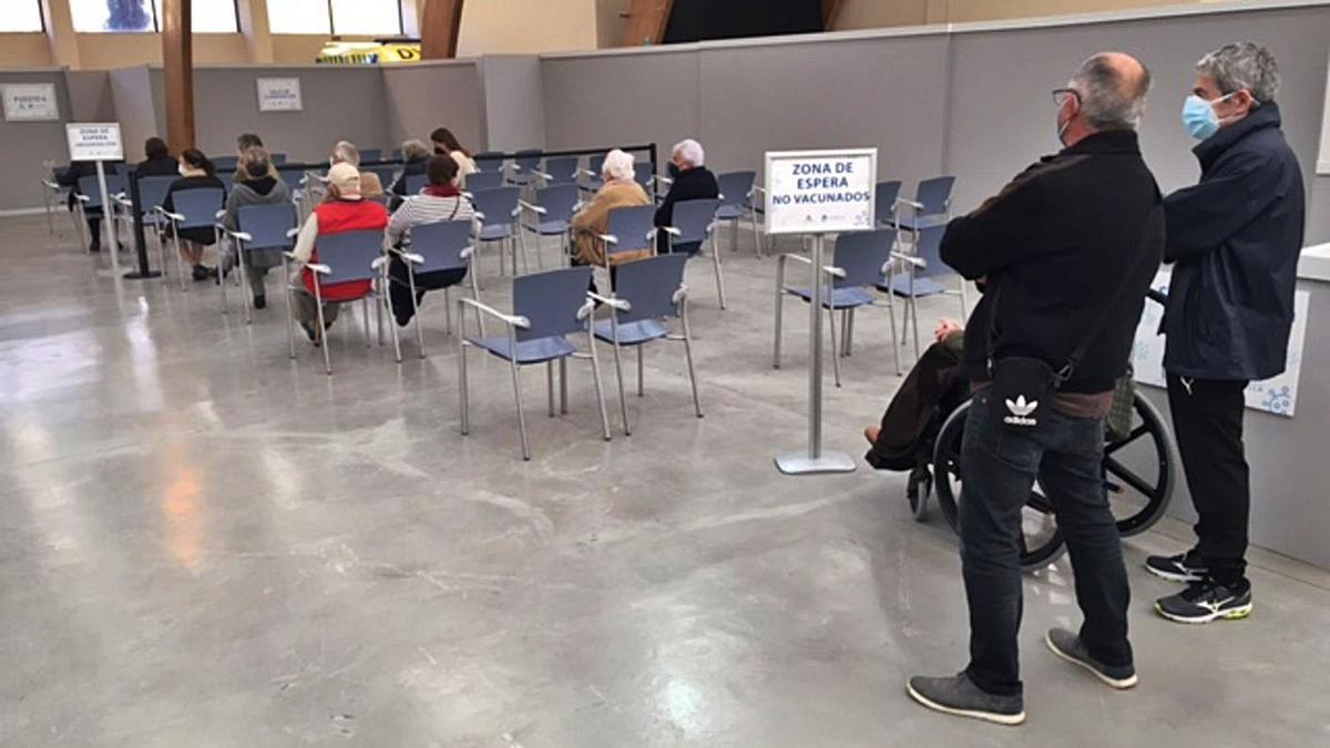 Personas mayores de Marbella esperan en el Palacio de Ferias para ser vacunados. | L. O.