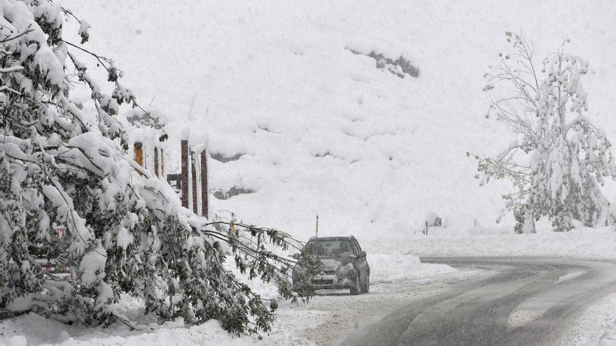 La nieve caída en las últimas horas en Asturias obliga a cerrar dos puertos y otros 22 requieren el uso de cadenas