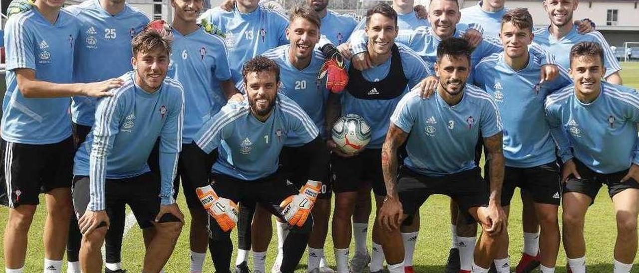 Lautaro, Losada, Pampín, Carreira, Fernández y Fontán posan en A Madroa junto a los canteranos del primer equipo en el campo de Baltar tras uno de los entrenamientos de pretemporada. /RC Celta