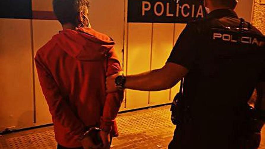 Sorprendido cuando empujaba una moto robada en Palma
