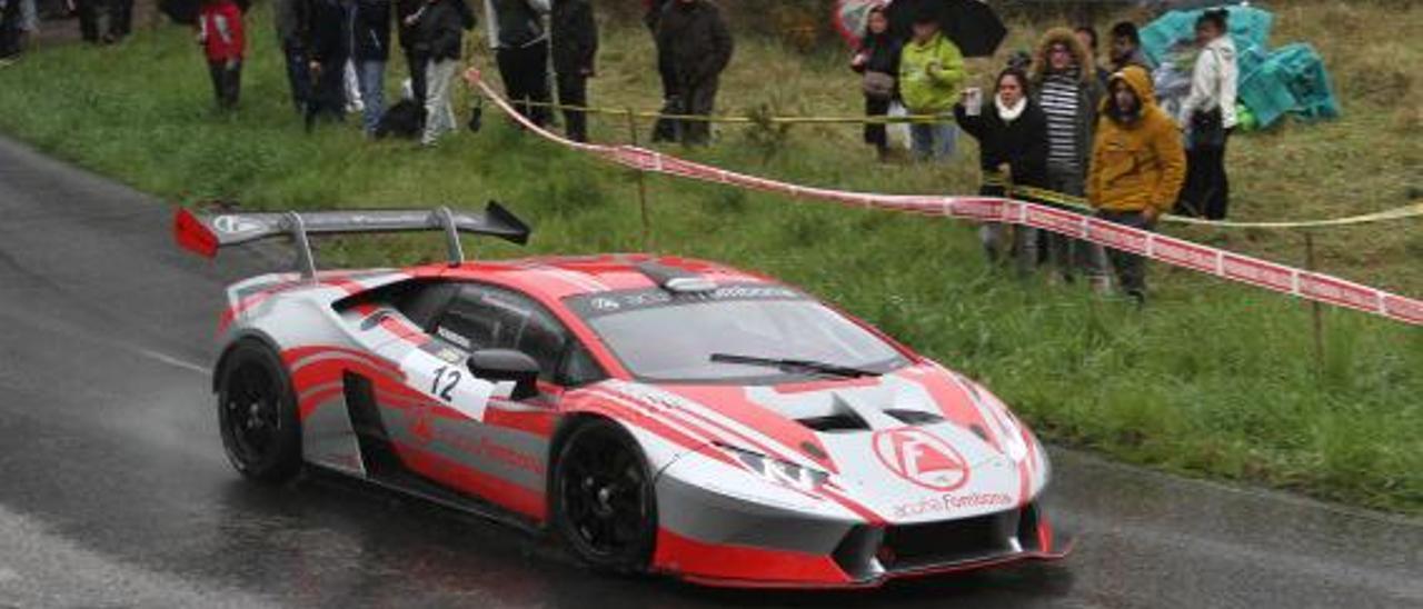 López Fombona con su Lamborghini, que participará en la carrera de este año, en una pasada edición de Santo Emiliano.   J. B. D.