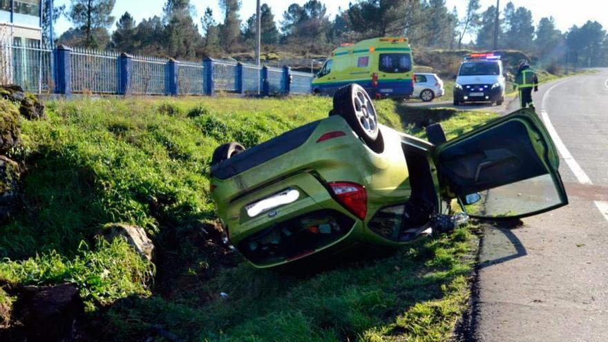 Tres heridos en San Cibrao das Viñas al volcar su coche para no atropellar un perro