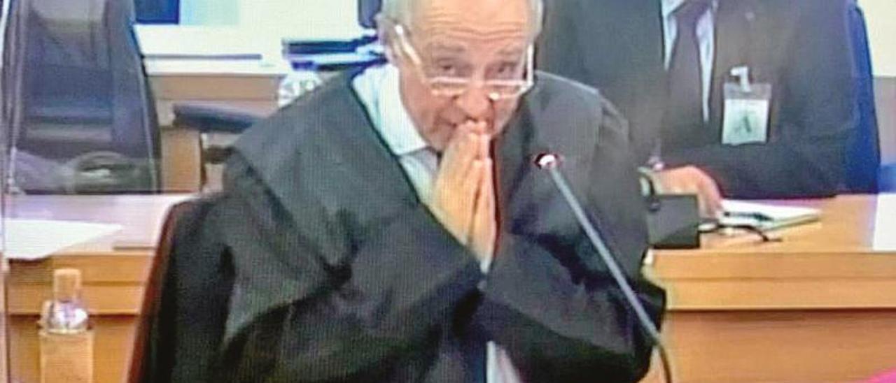 El abogado de Manuel Fernández de Sousa, Gonzalo Martínez-Fresneda, en distintos momentos de su intervención, que se prolongó durante algo más de cuatro horas.