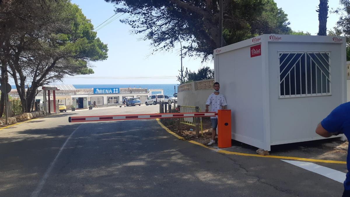 La barrera que restringe el paso de vehículos al tramo final de les Rotes