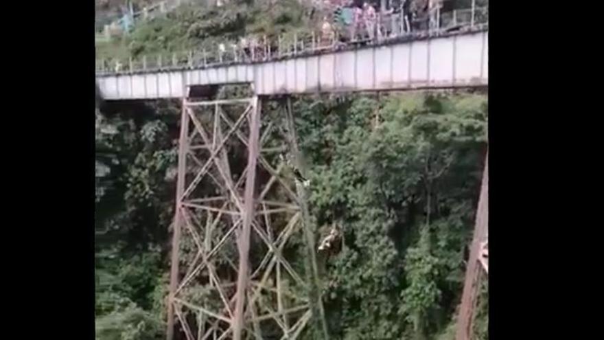 Una dona mor en saltar per error abans d'hora mentre feia pònting