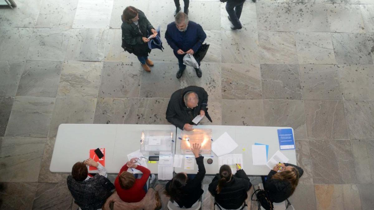 Votaciones en un colegio electoral de Galicia. // Noe Parga