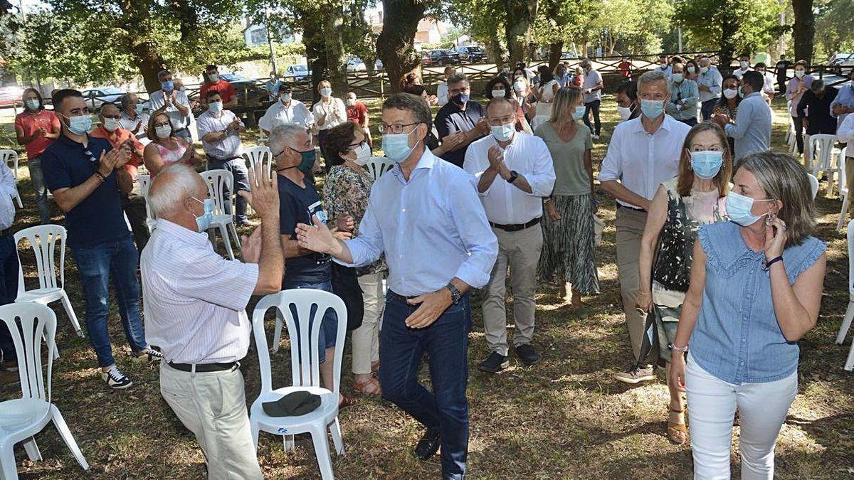 Feijóo, en el centro, saluda a su llegada a la junta del PP pontevedrés en Moraña.