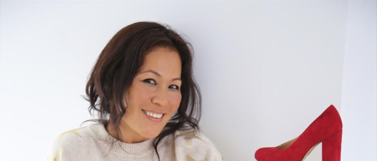 La diseñadora Chie Mihara posa con una de sus colecciones.