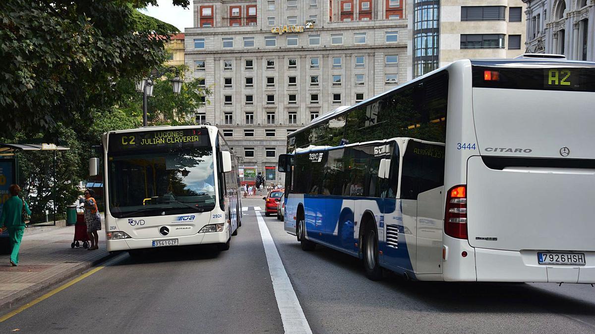 El carril bus de subida de la calle Marqués de Santa Cruz.