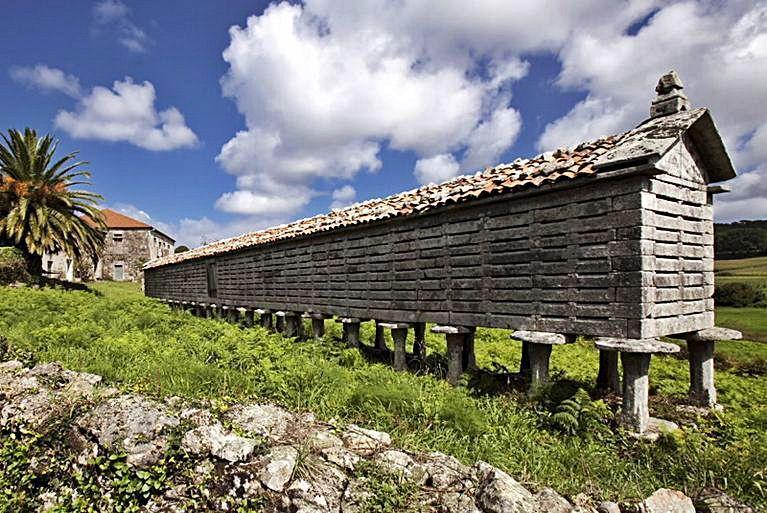 Hórreo de Ozón, un dos máis grandes do país galego.
