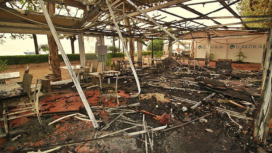 Crema la terrassa d'un restaurant a Blanes i part de la del costat