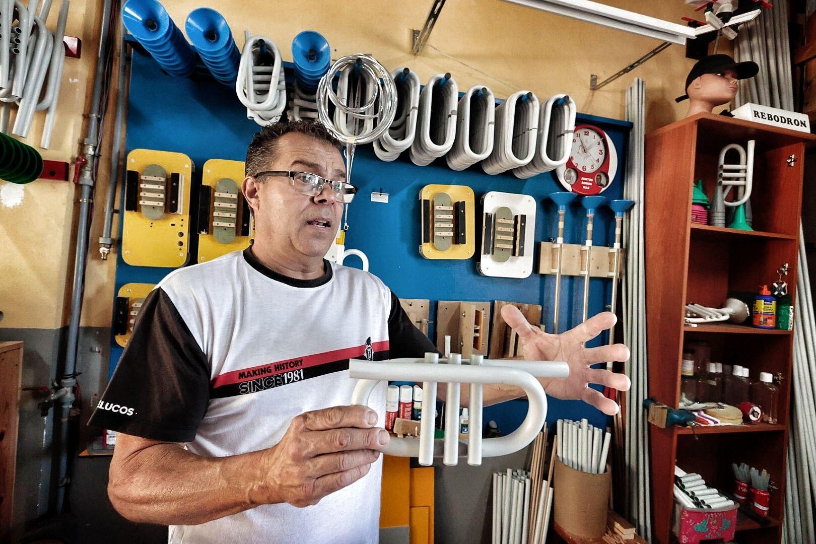 Joaquín Cruz García, artesano de trompetas de murgas