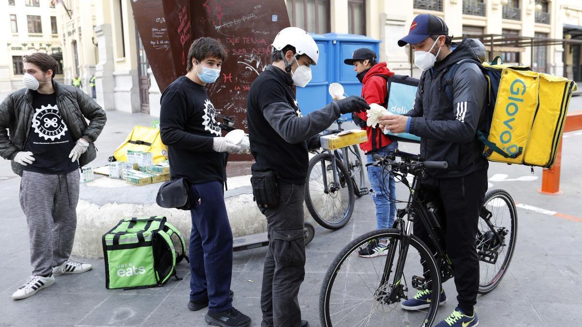 Reparto de mascarillas a riders en la estación del norte organizado por RidersxDerechos
