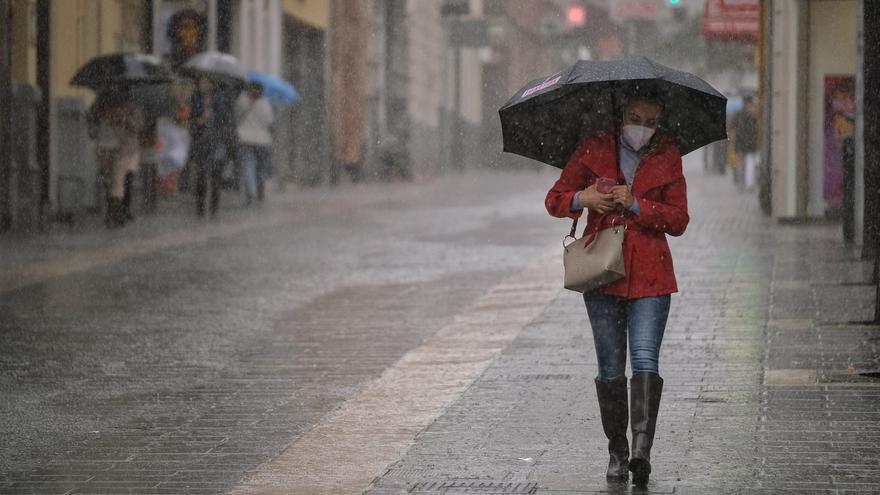 Intervalos nubosos, con lluvias débiles en el norte de islas de más relieve