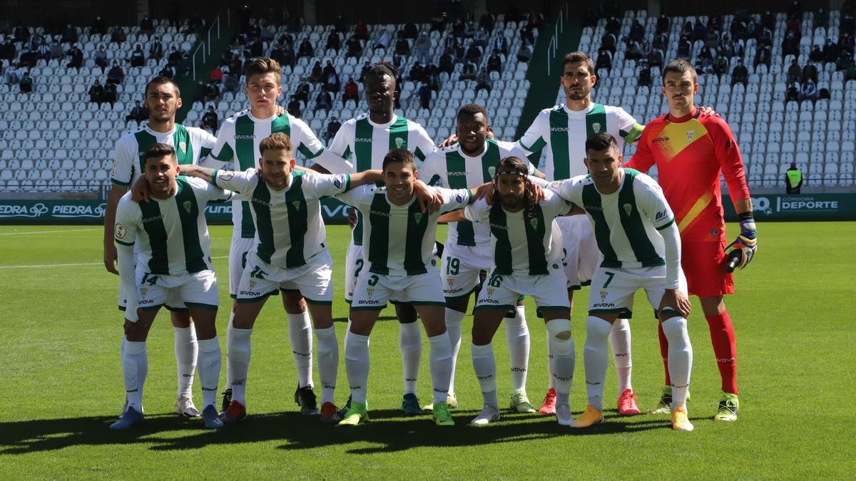 Equipo titular del Córdoba CF que se enfrentó al Betis Deportivo en El Arcángel. Ocho jugadores de los once tienen contrato en vigor.