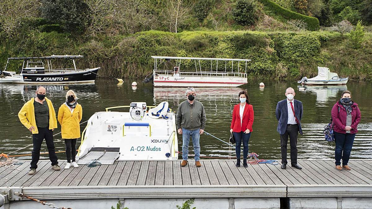 Ogel y Garrido, a la izquierda del catamarán, y a la derecha, Longo, Barral, Vázquez y Pérez. |   // LA OPINIÓN