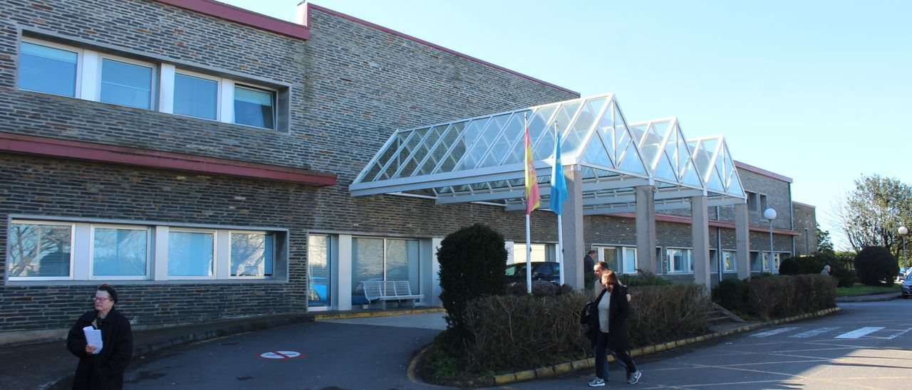 Zona de entrada del hospital de Jarrio, en Coaña