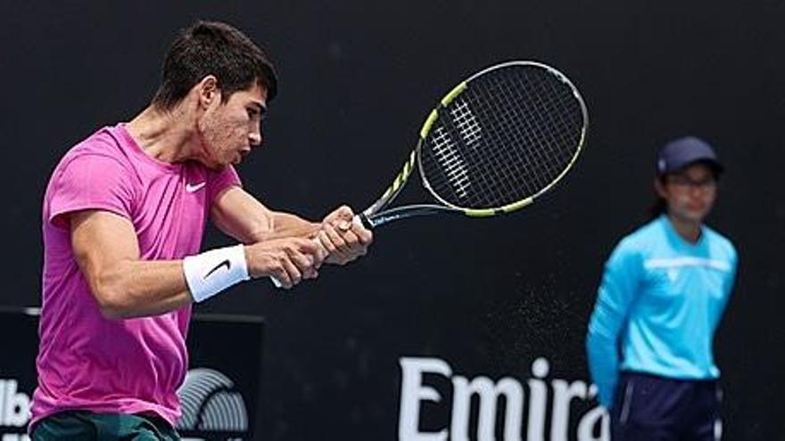 Carlos Alcaraz gana por primera vez a un 'top 15' del mundo