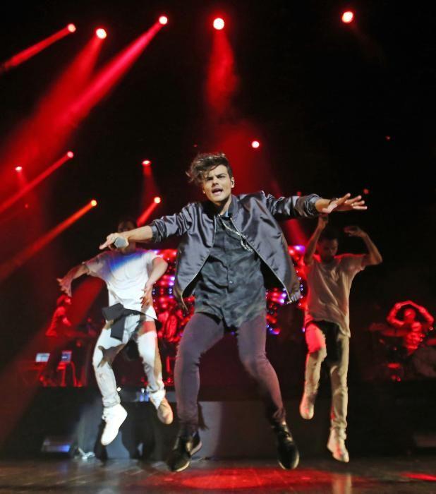 El cantante gaditano ofreció un concierto en el Auditorio Mar de Vigo ante sus incondicionales seguidoras