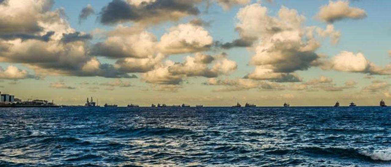 Barcos fondeados en la bahía de la capital en una imagen tomada ayer por la tarde desde la playa de La Laja.
