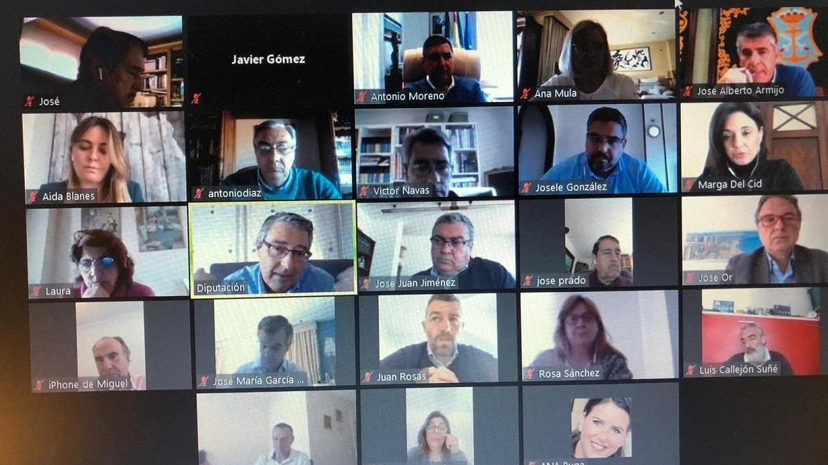 Videoconferencia del presidente de la DIputación de Málaga y de Turismo Costa del Sol con alcaldes, empresarios y otros dirigentes.