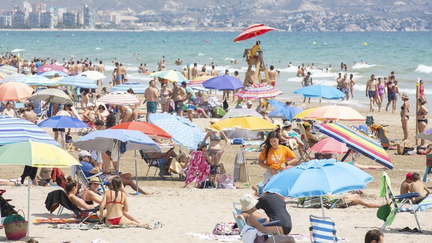 Más del 40% de los españoles que salen de vacaciones en agosto eligen la playa
