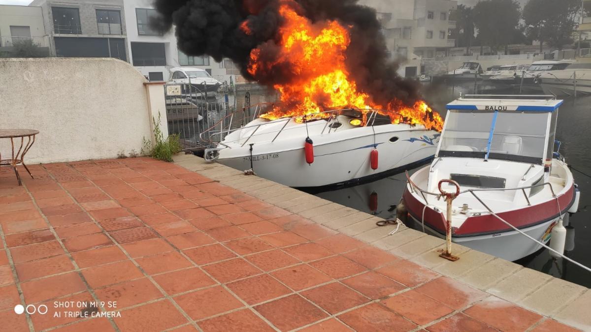 Imatge de la llanxa en flames.