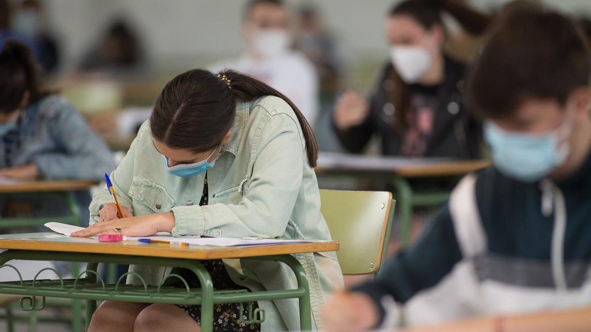Estudiantes de bachillerato realizan los exámenes de Selectividad.