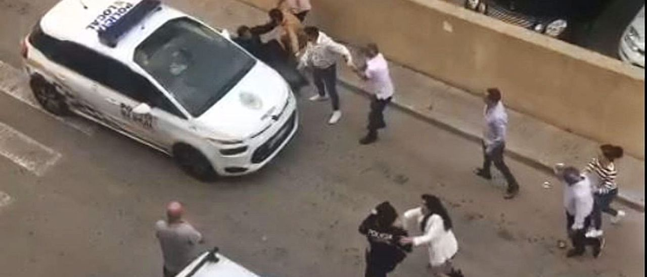 Imagen del vídeo en el que aparecen los miembros del clan atacando a los policías.