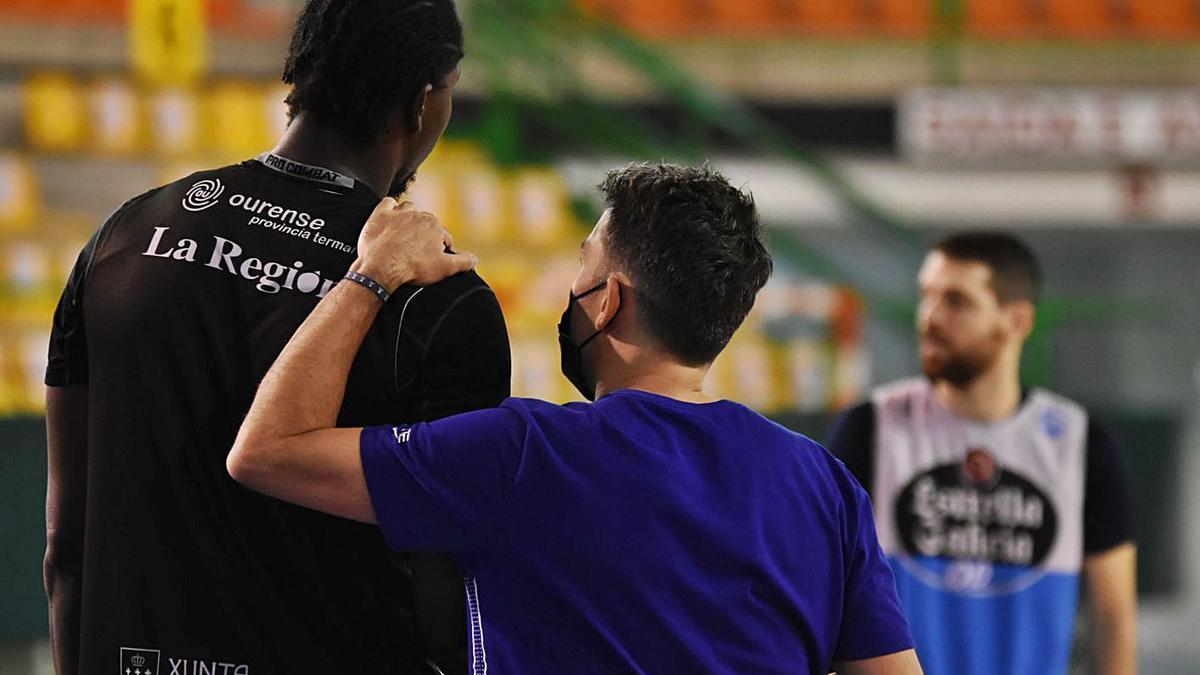 Gonzalo García, de confidencias con uno de sus jugadores durante uno de los entrenamientos.    // FDV