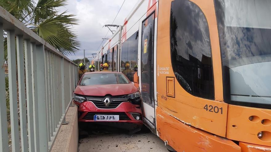 Un coche queda atrapado tras chocar con el TRAM a la altura de San Vicente