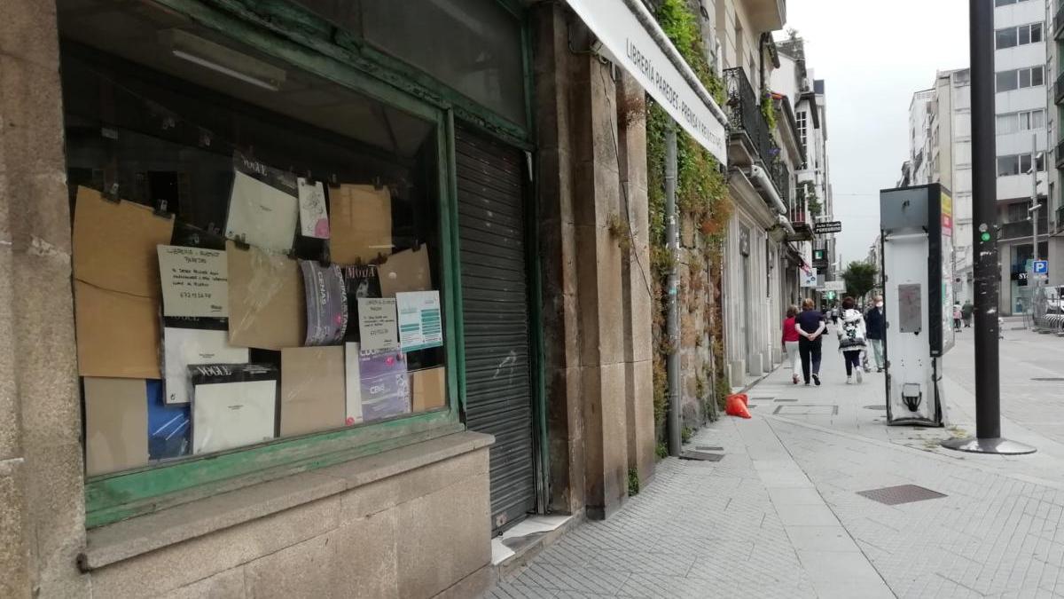 El quiosco Paredes, esta mañana, ya cerrado. // R. Vázquez