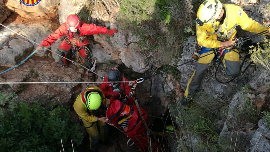 Espectacular rescate de los bomberos a una mujer lesionada en una sima en Dos Aguas