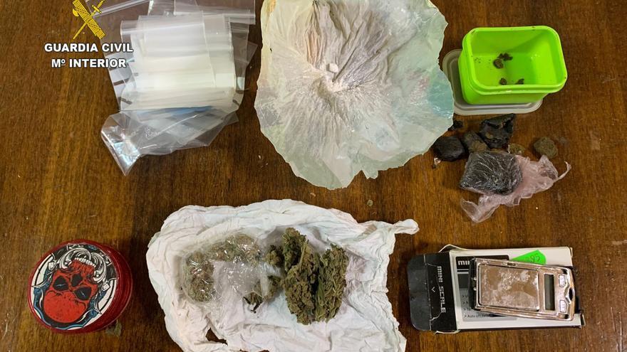 Desmantelan un punto de venta de droga escondido en el falso techo de un bar de Moncofa