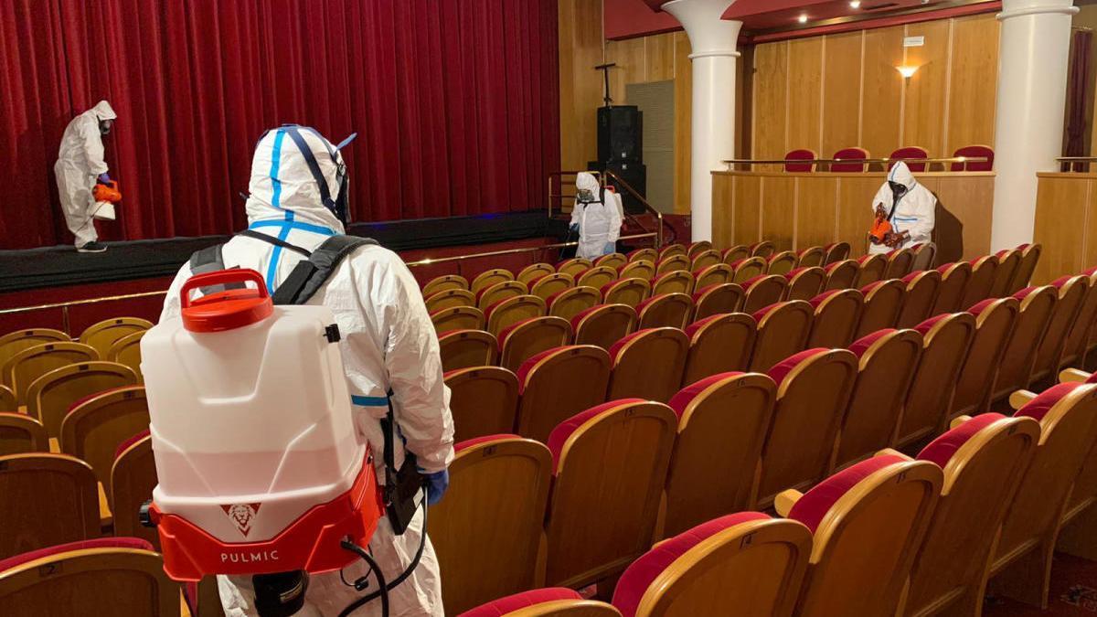 Especialistas realizan labores de desinfección contra el Covid-19 en el Teatro Ciudad de Marbella