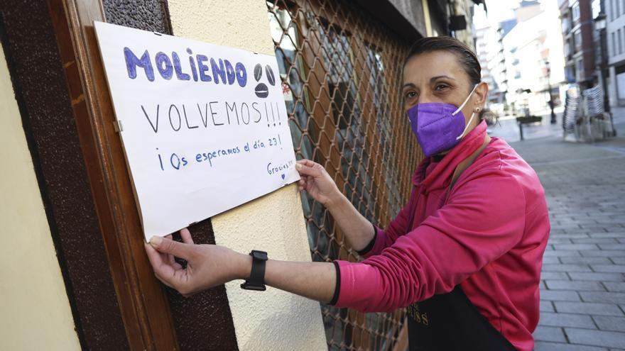 """""""Menos mal que por fin podemos abrir"""", clama una hostelera de Avilés, que recuperará su terraza tras veinte días cerrada"""
