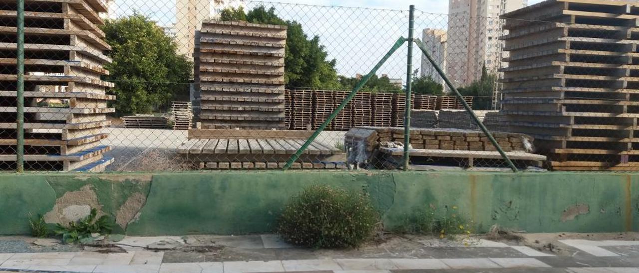 El club de tenis con dos pistas de tierra batida se ha convertido en un almacén, sobre todo para el mobiliario de las playas.