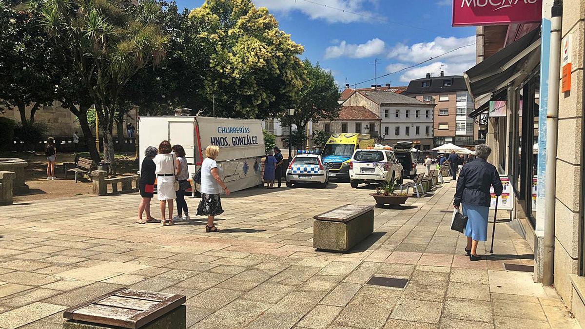 Medios desplegados en la Praza da Igrexa para atender al vecino lalinense.     // BERNABÉ/ANA AGRA