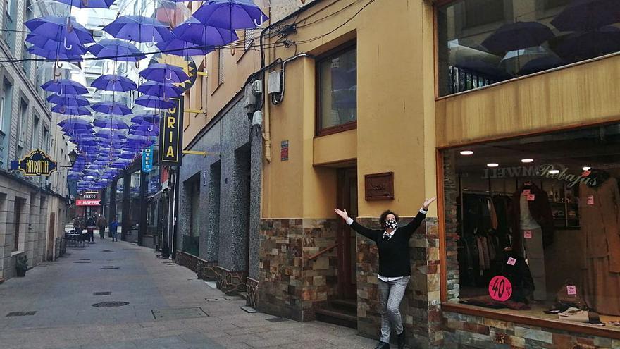 Un techo de paraguas morados para celebrar el 8M en Valdés