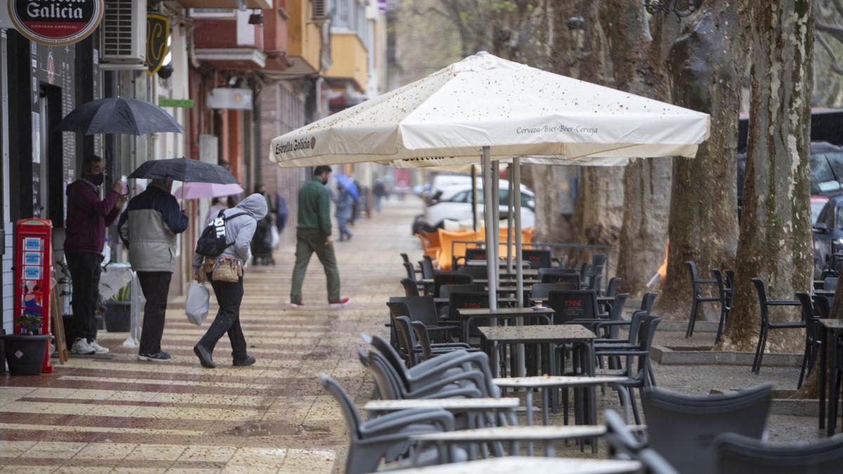 El tiempo en Valencia: la lluvia moja terrazas de bares.