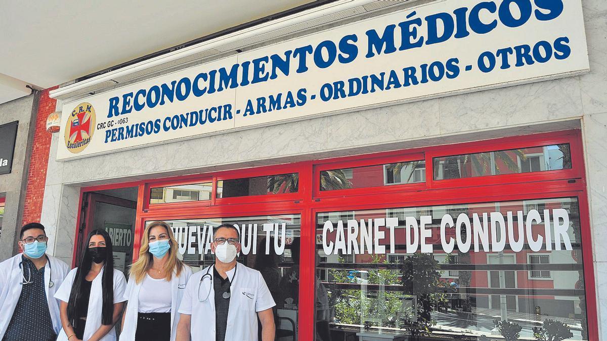 El equipo de Reconocimientos Médicos Escaleritas en la puerta del centro en Avenida Escaleritas, 54.