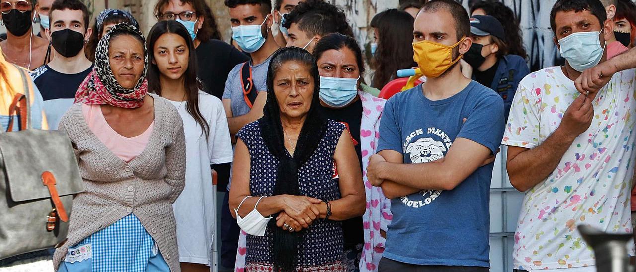 Algunos vecinos del barrio de la Creu Coberta durante el intento de desalojo del pasado lunes.  | M.A. MONTESINOS